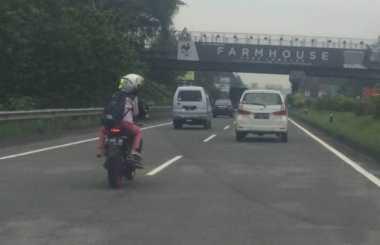 Heboh, Pengendara Motor Terobos Masuk Tol di Bandung