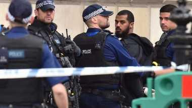 VIDEO: Detik-Detik Penangkapan Pria yang Bawa Tiga Bilah Pisau di Inggris