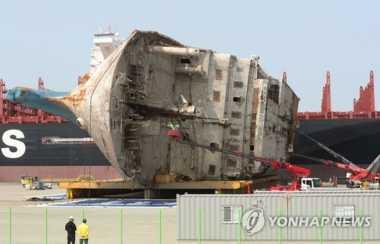 Petugas Temukan Barang-Barang Peninggalan Penumpang Kapal Feri Sewol
