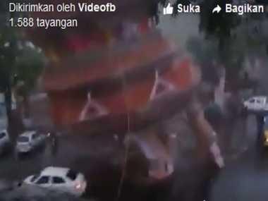 HOT THREAD (5): Video Mobil Tertimpa Bangunan yang Roboh Akibat Angin Kencang