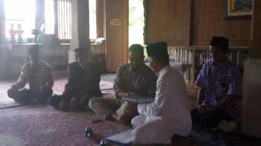Terima Kunjungan Pesantren Riyadhus Shalihin, Anies Diberi Alquran