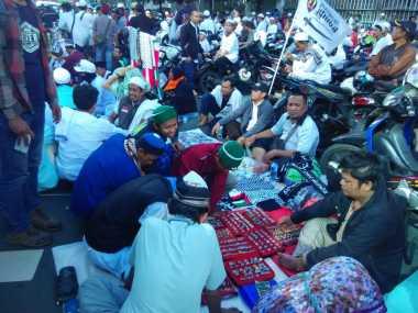 "Pedagang Kaki Lima ""Tunggangi"" Aksi Long March GNPF dengan Menggelar Dagangan"