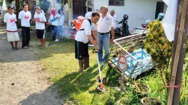 Bersihkan Lingkungan, Perindo Bagikan Mesin Potong Rumput di Pekalongan