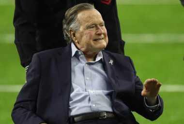Membaik, Mantan Presiden AS George HW Bush Diperbolehkan Keluar dari Rumah Sakit