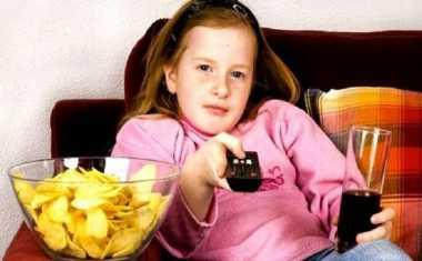 Mulai Sekarang Jangan Biasakan Makan Sambil Nonton TV Ya!