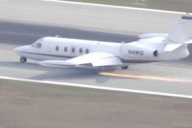 VIDEO: Pesawat Kecil Terpaksa Mendarat Darurat Setelah Roda Copot saat Terbang