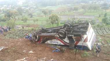 Saat Duduk di Warung, Seorang Ibu Hamil Terseret Bus hingga Masuk Jurang