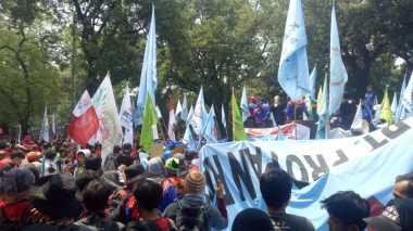 Keukeuh Demo di Depan Istana, Massa Buruh Nekat Hendak Terobos Kawat Berduri