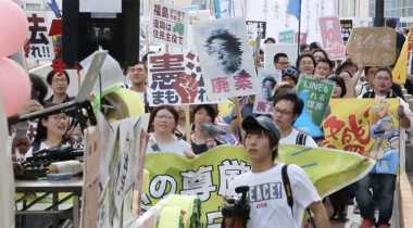 Ratusan Pelajar Demo Menentang Perubahan Konstitusi Jepang