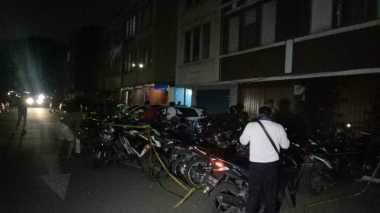Belasan Orang Mengambil Motornya di Lokasi Pesta Gay dengan Merusak Garis Polisi