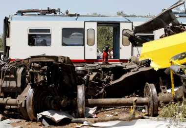 Mogok di Perlintasan Kereta, Mobil Pikap Ditabrak KA Argo Bromo