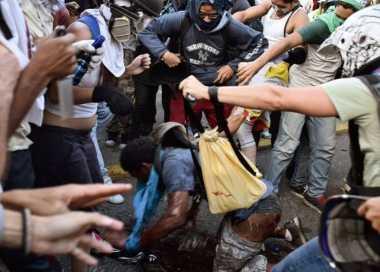 Presiden Venezuela Angkat Suara Terakit Seorang Demonstran yang Sengaja Dibakar