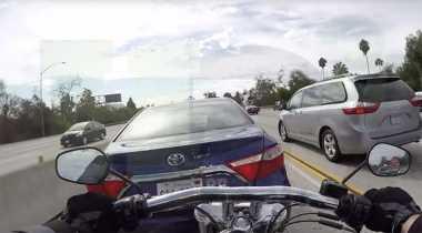 VIDEO: Duh, Pengendara Motor AS Terbawa Mobil yang Ditabraknya