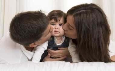3 Hal yang Harus Anda dan Suami Lakukan di Depan Anak