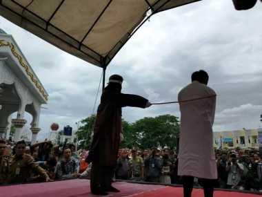 Pertama di Aceh, Pasangan Gay Dihukum Cambuk di Muka Umum
