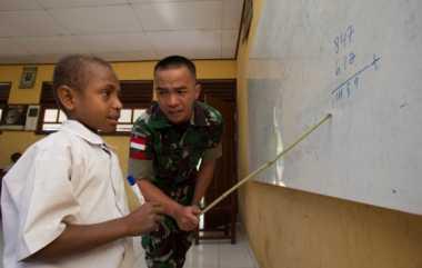 Agar Tak Bosan, Prajurit TNI Ajar Siswa SD di Perbatasan dengan Dongeng