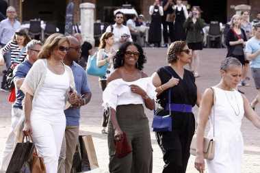 Asyik Liburan, Michelle Obama Nampak Seksi dengan Busana Atasan Terbuka