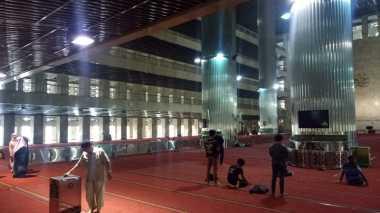 Sambut Ramadan, Pengurus Masjid Istiqlal Mulai Bersih-Bersih