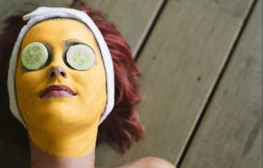 Rutin Pakai Masker Kunyit dan Lemon, Dijamin Jerawat Batu Langsung Hilang!