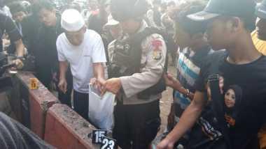 Dibantu Warga, Polisi Kumpulkan Sisa Bagian Tubuh Korban Bom Kampung Melayu