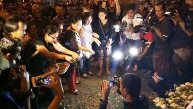 Warga Tabur Bunga di Lokasi Bom Kampung Melayu