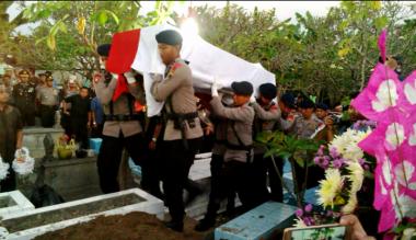 Adzan Magrib Iringi Pemakaman Polisi Korban Bom Kampung Melayu di Klaten