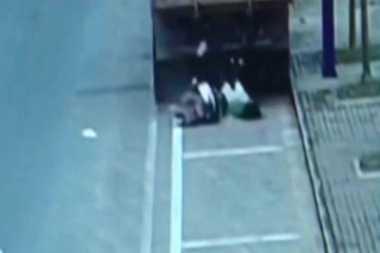 VIDEO: Asyik Bermain Gawai, Perempuan di China Hantam Truk yang Diparkir