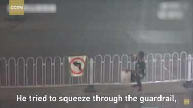 VIDEO: Nekat Nyebrang Tidak pada Tempatnya, Pria China Tersangkut di Pagar