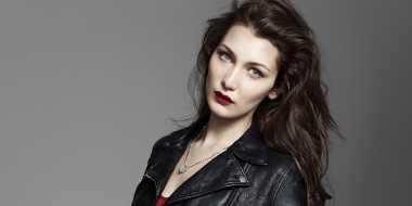 Jadi Model Parfum Terbaru, Bella Hadid Tampil Bergaya Fierce