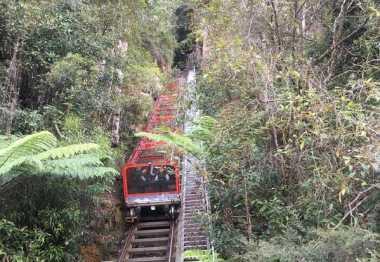 Yuk, Nikmati Pemandangan Gunung Biru dengan Funicular