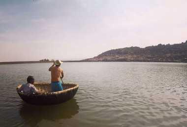Kocak, Menyusuri Sungai di India Naik Piring Raksasa
