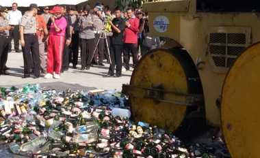 Ribuan Botol Miras Digilas Jelang Ramadan, Bau Alkohol Menyesakkan Dada