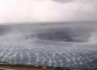 VIDEO: Berlibur, Turis Skotlandia Justru Temukan Fenomena Pusaran Air Laut di Yunani