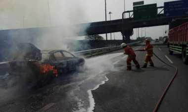 Korsleting Listrik, Sedan Ludes Terbakar di Tol Cikunir