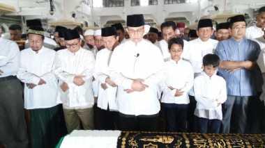 Anies Baswedan Jadi Imam untuk Salat Jenazah Adiknya