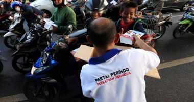 Bagikan Takjil, Rescue Perindo: Kurma Dibagi Agar Pengendara Bisa Berbuka Tepat Waktu