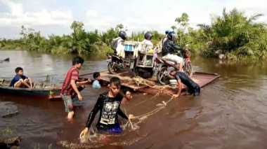 Jalan Antarkecamatan di Gumas Terendam Banjir, Warga Sewa Rakit Getek untuk Menyeberang