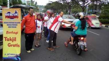Serunya Rescue Perindo Bagi-Bagi Takjil di Semarang