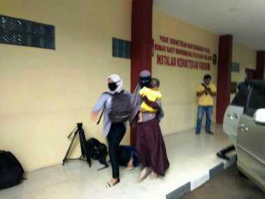 TOP NEWS (10): Datangi RS Polri, Istri Pelaku Bomber Kampung Melayu Terlihat Hanya Menunduk