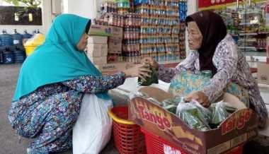 Berkah Ramadan bagi Fatimah, Nenek Penjual Tape Berusia 90 Tahun
