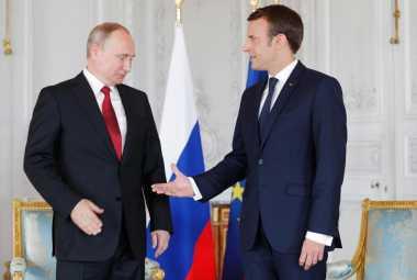 Jabat Tangan Presiden Prancis dengan Putin Tampak Canggung