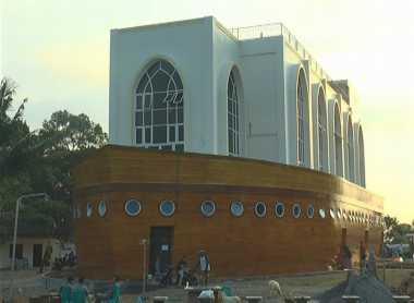Kisah di Balik Eksotisme Masjid Perahu dengan Sejarah Nabi Nuh