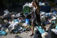 Petugas Kebersihan Mogok, Yunani Dikepung Gunungan Sampah