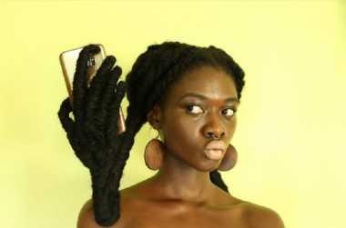 Kocak! Rambut Wanita Ini Bisa Jadi Gagang Handphone dan Aneka Bentuk Lainnya!