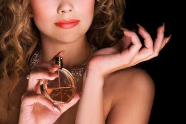 Lupakan Semprot Parfum Langsung ke Kulit, Ini Cara yang Paling Benar!