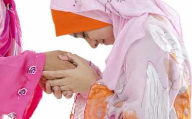 Moms, Berikan Contoh Ini untuk Ajarkan Nilai Disiplin dalam Beribadah saat Lebaran