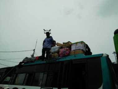 Bagasi Minim, Pemudik Taruh Barang di Atap Bus