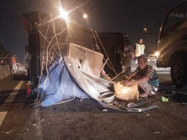 Mobil Bak Isi Buah Terguling di Tol Dalam Kota