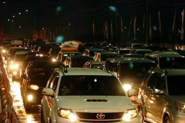 Malam Puncak Arus Mudik, Ruas Tol Jakarta-Cikampek Padat Merayap