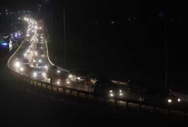 Ruas Tol Jakarta-Cikampek Malam Ini Macet, Pemudik Diimbau Cari Jalur Alternatif